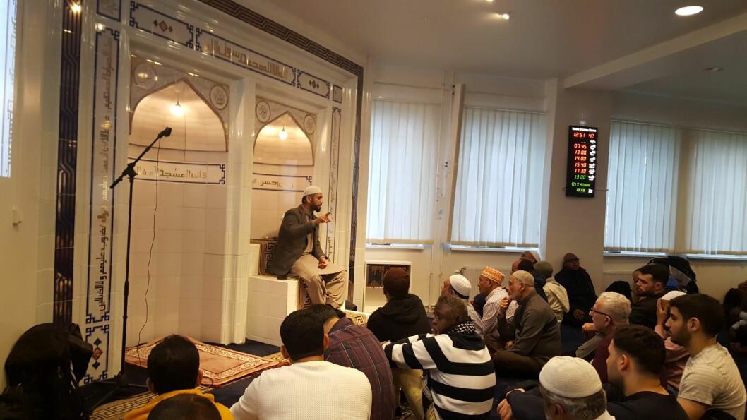 Imam Dr. Hamid Farooq taler til sin forsamling. Foto: Tarjei Kidd Olsen