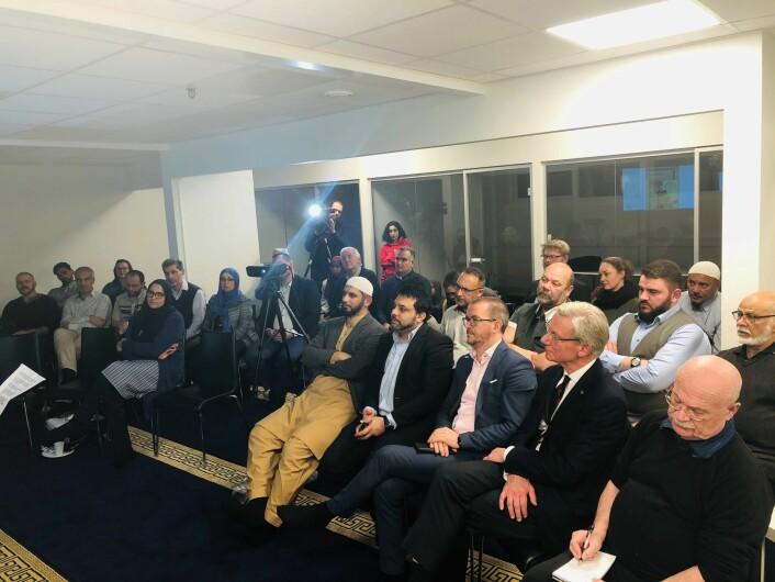 Fra venstre: Imam Hamid Ali Forooq, Arshad Jamil, nestleder i moskeen, Senaid Kobilica (leder av Muslimsk dialognettverk) og James Stove Lorentzen, i bystyret for Høyre.