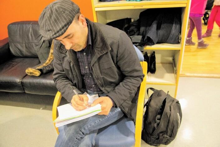 Mens han venter på et avtalt møte på helsesenteret for papirløse migranter, skriver Nasim ned sine følelser i et dikt. Foto: Ka Man Mak