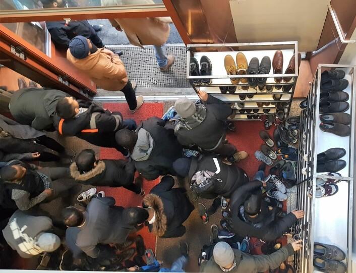 Trengsel på vei ut og inn av moskeen. Skoene må av før man går inn i gudshuset. Foto: Tarjei Kidd Olsen