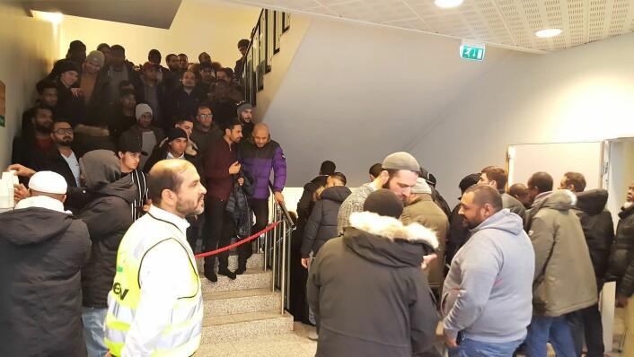 Daglig leder Ikhlaq Bhai overser logistikken når veldig, veldig, veldig mange menn skal ut av moskeen etter bønnen er ferdig. Foto: Tarjei Kidd Olsen