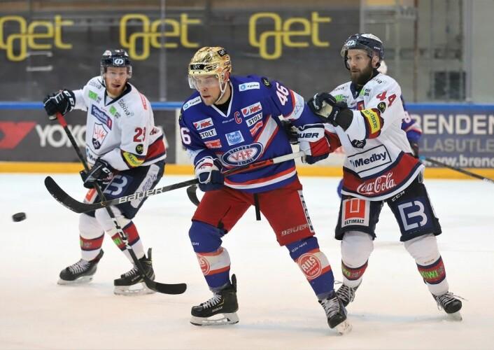 Tobias Lindström jobber som vanlig hardt for laget. Foto: André Kjernsli