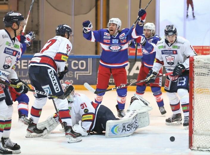 Så glad blir Henrik Olsén når han sender VIF i en 3-2 ledelse. Foto: André Kjernsli