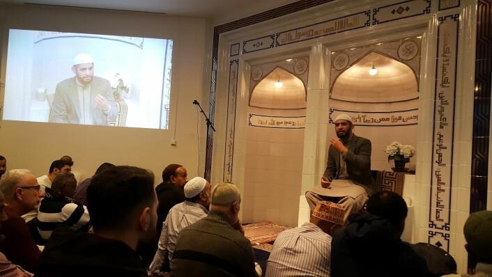 Imam Dr. Hamid Farooq taler på norsk, så jeg skal forstå hva han sier. Foto: Tarjei Kidd Olsen
