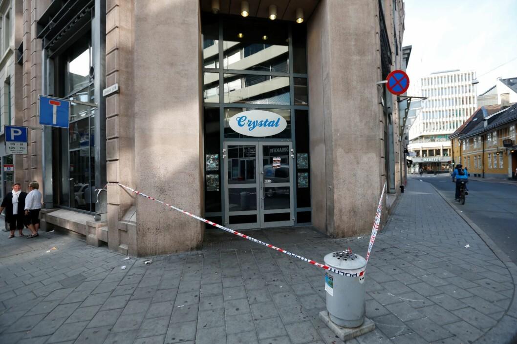 To menn ble skutt og en tredje ble knivstukket på utestedet Crystal Club i Møllergata natt til torsdag 5. juli 2012. Sju og et halvt år senere må en nå 32 år gammel mann møte i retten. Foto: Terje Bendiksby / NTB scanpix