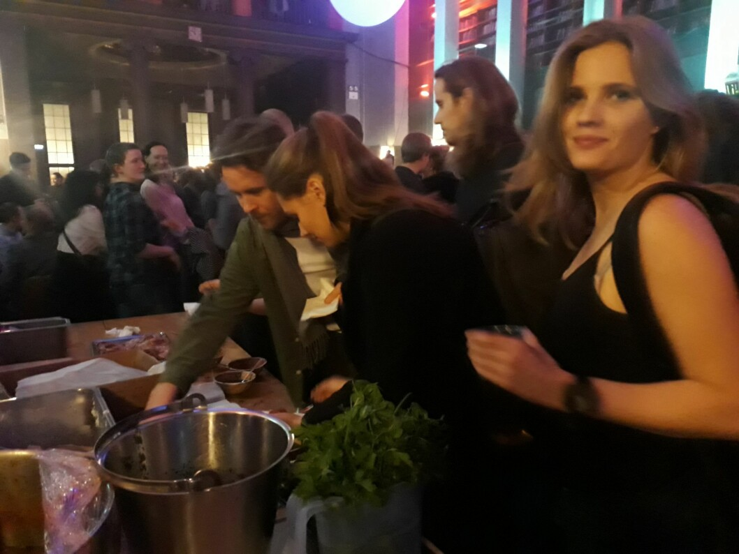 I hovedrommet ble det servert gratis mat. Foto: Emilie Pascale