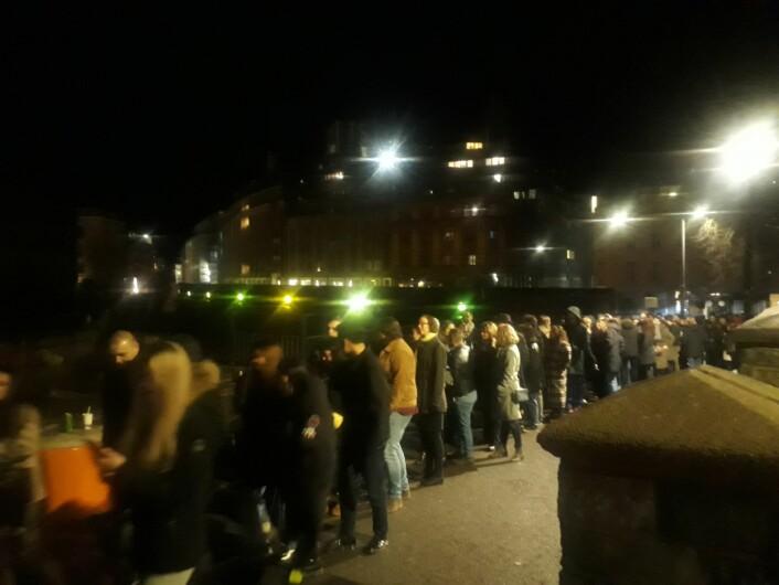 Køen tok aldri slutt, men det var god stemning blant folkemengden både ute og inne. Foto: Emilie Pascale