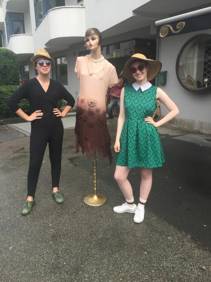 Det er ikke mange vintage-butikkene igjen på Frogner, men i Frederiks gate tester to modeller ut klær fra tidligere tider. Foto: Jenny Juve