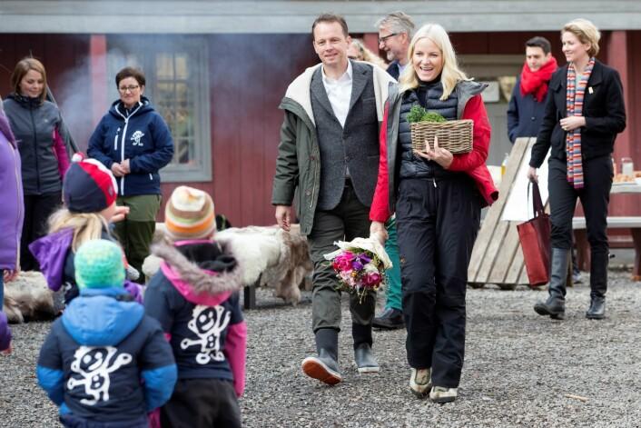 Kronprinsesse Mette-Marit sammen med Andreas Viestad på Geitmyra matkultursenter. Foto: Håkon Mosvold Larsen / NTB scanpix