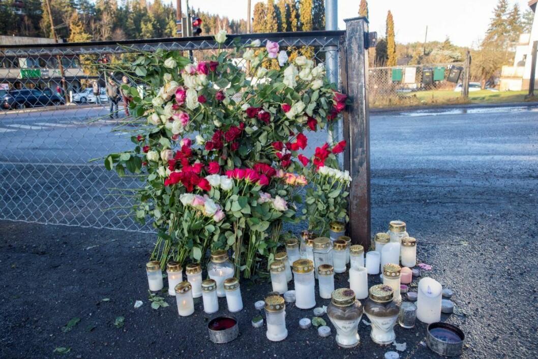 Blomster og lys ved parkeringsplassen der Halil Kara (21) ble drept i Prinsdal. Foto: Terje Pedersen / NTB scanpix