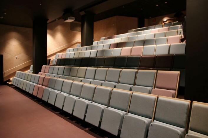 Det nye Auditoriet med inngang fra sjøsiden er sprengt inn under Rådhuset. Det har blitt et stilfullt rom. Foto: Alexandra Bråten