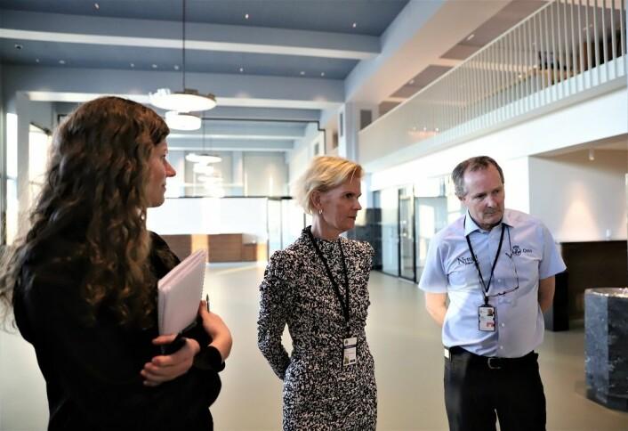 Rådhusforvalter Marit Jansen (i midten) er veldig godt fornøyd med hvordan Nyttig Arbeid utfører arbeidet som møtevakter i de nye lokalene. Til venstre: spesialkonsulent Alexandra Bråten. Til høyre: Dugald Hultberg, leder i Nyttig Arbeid. Foto: André Kjernsli