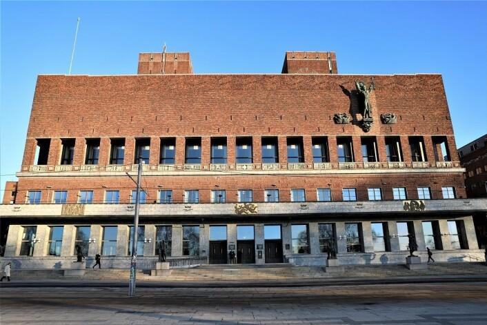 På sjøsiden, midt på bygget er inngangen til de nye møtelokalene i Rådhuset. Foto: André Kjernsli