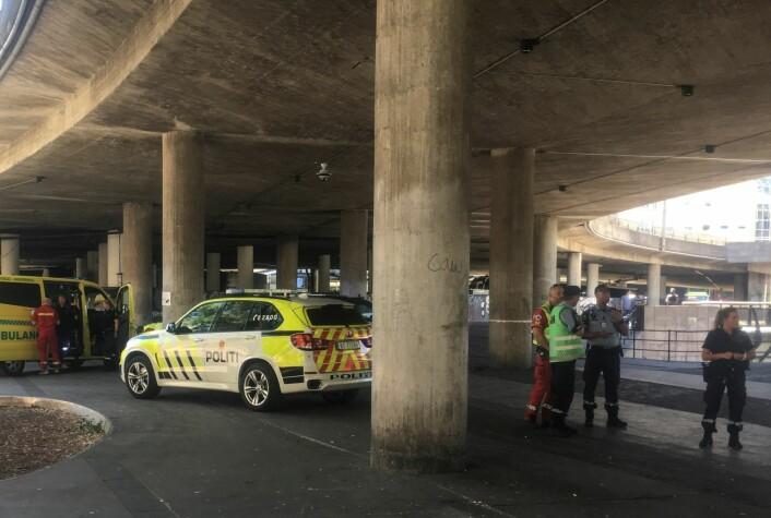 Politi og ambulansepersonell i Olafiagangen i Oslo, etter melding om slagsmål og mulig knivstikking på stedet. Foto: Jon Eeg / NTB scanpix