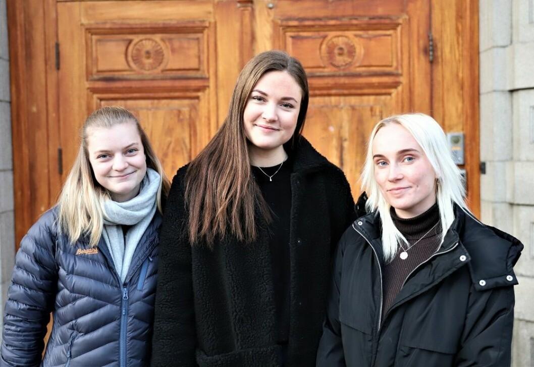 Dyrepleierstudentene Hanne Brenna (til venstre), Anne Sofie Hardeberg, og Isabel Skjeggestad (til høyre) har laget undersøkelsen om holdninger rundt hundeavføring i Oslo. Foto: André Kjernsli