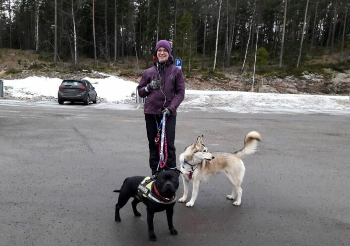 På tur i Oslomarka med hunder. � Jeg liker godt å gå på ski, sykle eller løpe med hunden min, Preston (grå). I dag har vi med bestevennen Odi (svart), og da er det best å gå på beina, sier Magdalena Stanczuk. Foto: Anders Høilund