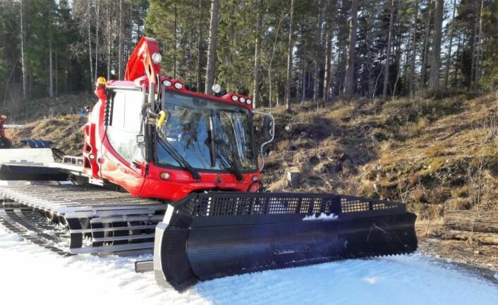 Bymiljøetatens Løypemaskiner moser hundemøkk ned i snøen. Rundt de største utfartstedene kan snøen bli uappetittelig brun utover vårvinteren. Foto: Anders Høilund