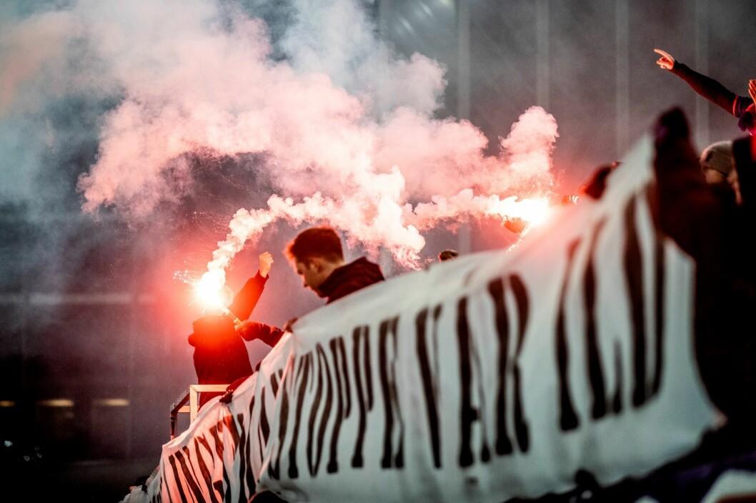 Vålerenga-supportere tente bluss i oppgjøret mot Molde i november. Foto: Stian Lysberg Solum / NTB scanpix