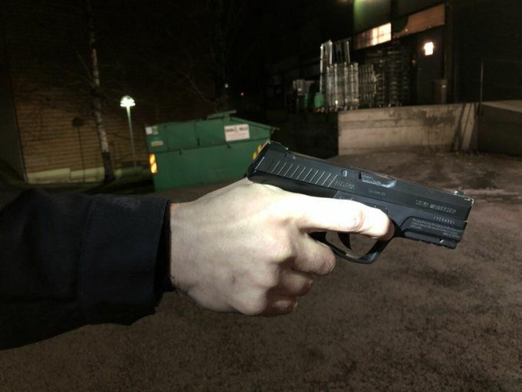 """�  Selv for godt trente politifolk er det tilnærmet umulig å se forskjell på denne pistolen og en """"ekte"""" pistol, skriver politiet på Twitter. Foto: Oslo politidistrikt / Politiet"""