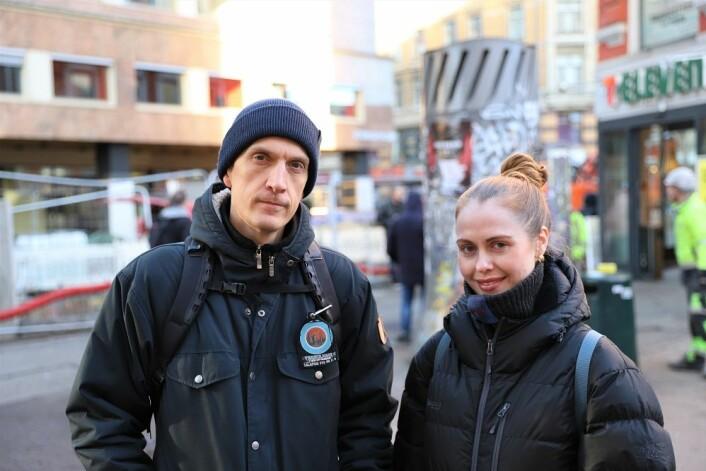 Christoffer Røed og Elise Duus Molven på plass i Brugata. Der gir de opplæring i bruk av den livreddende medisinen Nalokson. Foto: André Kjernsli