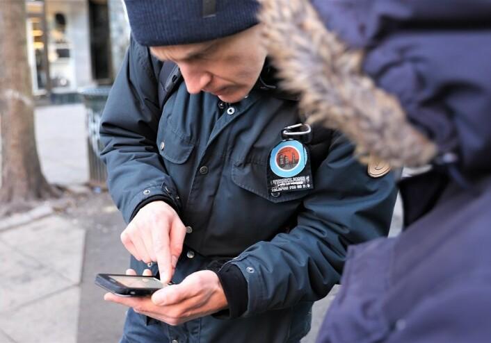 Mannen som reddet kjæresten sin forteller, og Christoffer Røed (til v.) registrerer saken. Foto: André Kjernsli