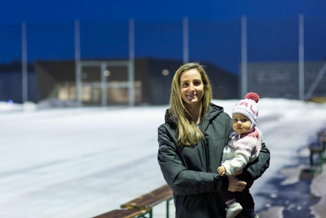 Lene Skrettingland (32) er kaptein på det norske laget i VM i bandy på hjemmebane. Hun er bokstavelig talt vokst opp i Skeid, og har spilt på Norges A-landslag siden hun var 16 år. Her er Lene og datteren Thale på Voldsløkka for å inspisere forberedelsene til VM. Foto: Stig Jensen