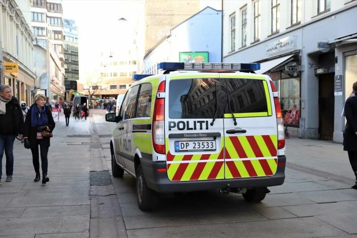 Politiet er stadig innom Brugata for å spre rusavhengige. Dette oppfattes ikke udelt negativt i miljøet. Foto: André Kjernsli