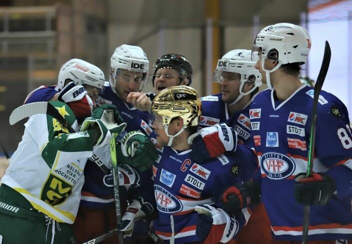Det ble litt håndtering etter at VIF utlignet til 2-2. Foto: André KJernsli