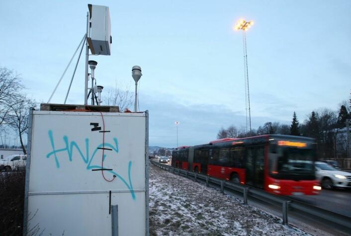 En av målestasjonene i Oslo. Her ved E18 på Hjortnes ytterst i Frognerkilen. Foto: Erik Johansen / NTB scanpix
