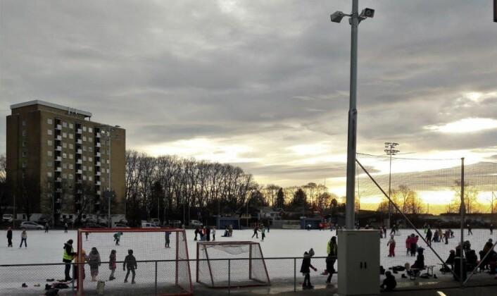 Skolene i nærheten er ivrige brukere av kunstisen på Voldsløkka. I helgene kan det være tusenvis av skøyteløpere på kunstisen i løpet av en dag. Foto: Anders Høilund
