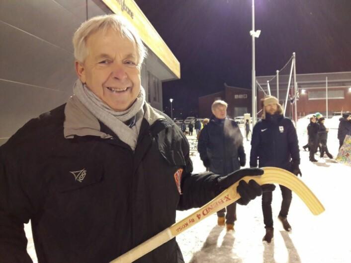 Bandypresident Erik Hansen slik han liker seg best, i vintervær, og med krokkjeppen i handa. Foto: Anders Høilund