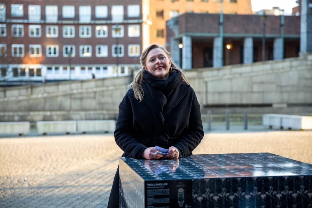Nora O. Krogh foran en av kubene med et insekt som er i ferd med å forsvinne fra Oslo. Foto: Maja Brenna