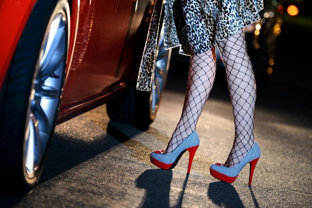 - Den eneste lovlige måten å selge sex på, er også den mest voldsutsatte, nemlig å selge sex alene på gata. Gjerne på avsidesliggende steder, for å unngå oppmerksomhet fra andre, forteller skribentene. Foto: Robert Schlesinger / NTB scanpix