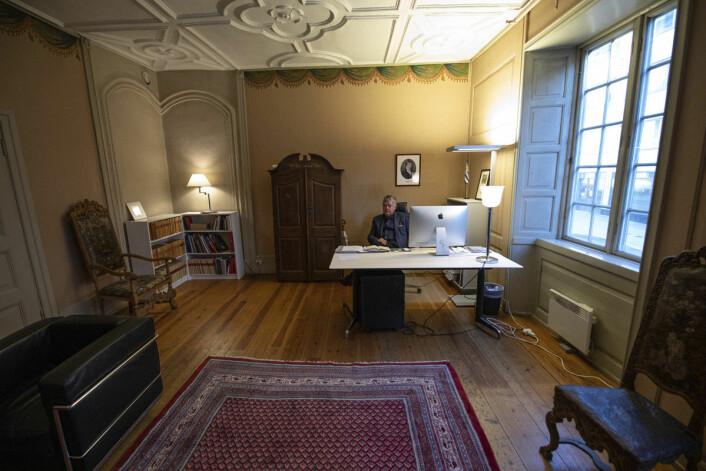 Ole Rikard Høisæther har ledet arbeidet med Oslo byes leksikon. Her på sitt kontor i Rådhusgata 7. Foto: Olav Helland