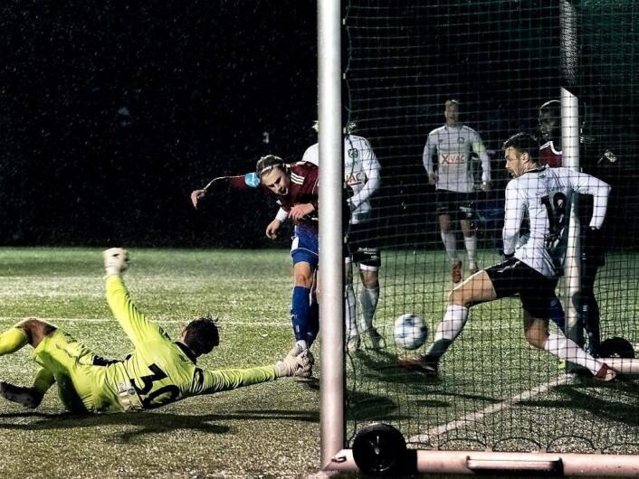 Abel William Stensrud i rødt skårer mot Nesodden i opprykksfinalen i fjor høst. Foto: Bjørnar Morønning