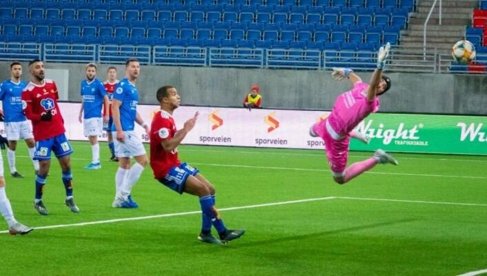 Skeidspillerne Mesut Can (rødt, bak) og Johnny Buduson (foran i rødt) får nye lagkamerater neste sesong. Foto: Bjørnar Morønning