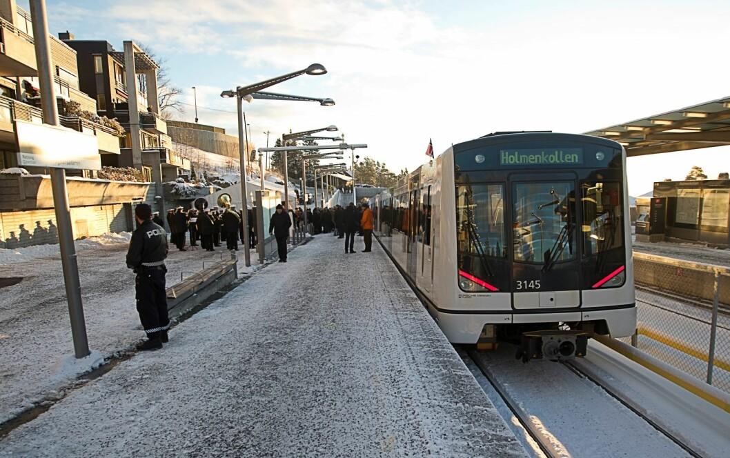 Den nye Holmenkollbanen ved åpningen. Banen står nå i fare for ikke å bli gjennomgående til sentrum, sier skribenten. Her fra Holmenkollen stasjon. Foto: Terje Bendiksby / Scanpix