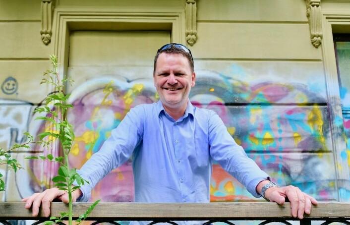 Jens J. Lie (H) kan endelig smile der han står på balkongen i den gamle presteboligen. Det var hans idé at et spleiselag mellom bydelene kunne realisere planene om et ungdomshus. Foto: Émilie Pascale