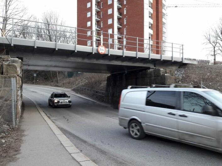 Det er 3,5 meter klaring under jernbanebrua i Økernveien. Varselskiltet lenger nede i veien skal hindre at for høye kjøretøy forsøker å komme under brua. Foto: Anders Høilund