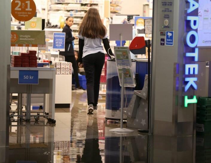 Butikkene i Kiellands Hus ble fylt med store vannmengder etter at en vannledning sprang lekk lenger nord ved Voldsløkka mandag ettermiddag. Foto: Ørn E. Borgen / NTB scanpix