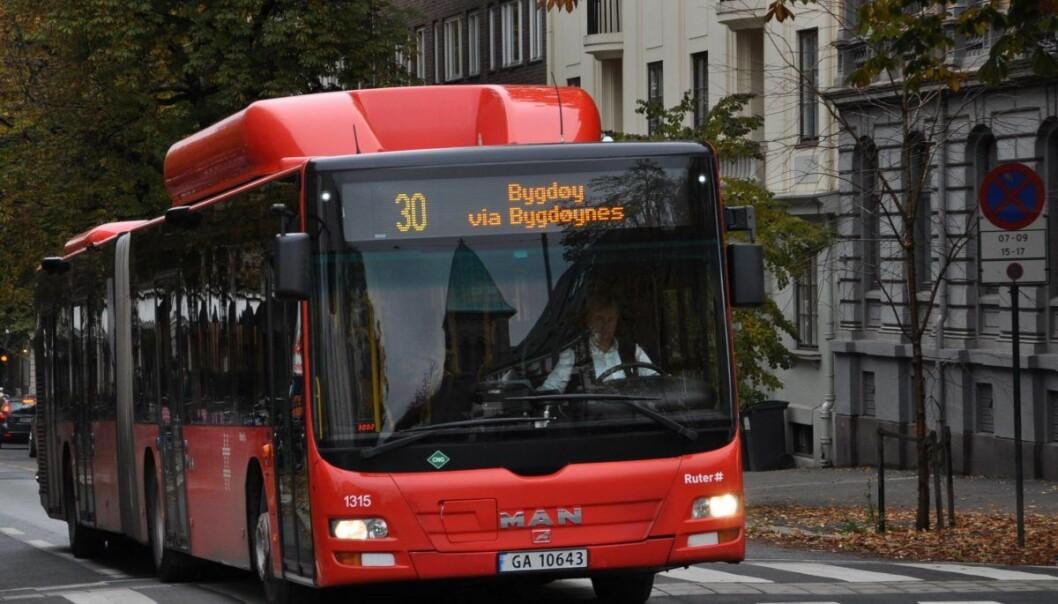 — Bygdøy allé er trase for busslinjene 30, 31 og 20. Alle linjer er berørt av forsinkelsene. Utgående busser, mot vest, har fått størst forsinkelser siden det er i denne retningen det var kollektivfelt tidligere, opplyser Ruter.