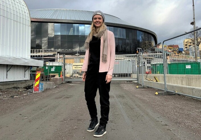 Bymiljøetatens Karina Løwe-Samuelsen foran nye Jordal Amfi. Foto: Bymiljøetaten Oslo Kommune