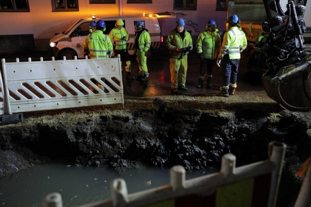 Trolig er det jordmasse fra reparasjon etter mandagens lekkasje som har ført til at en annen vannledning sprang lekk. Foto: Ørn E. Borgen / NTB scanpix