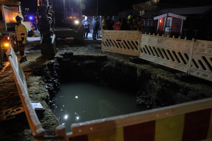 Ved 20.45-tiden tirsdag, en drøy halvtime etter første melding om lekkasjen, var vannet avstengt. Foto: Ørn E. Borgen / NTB scanpix