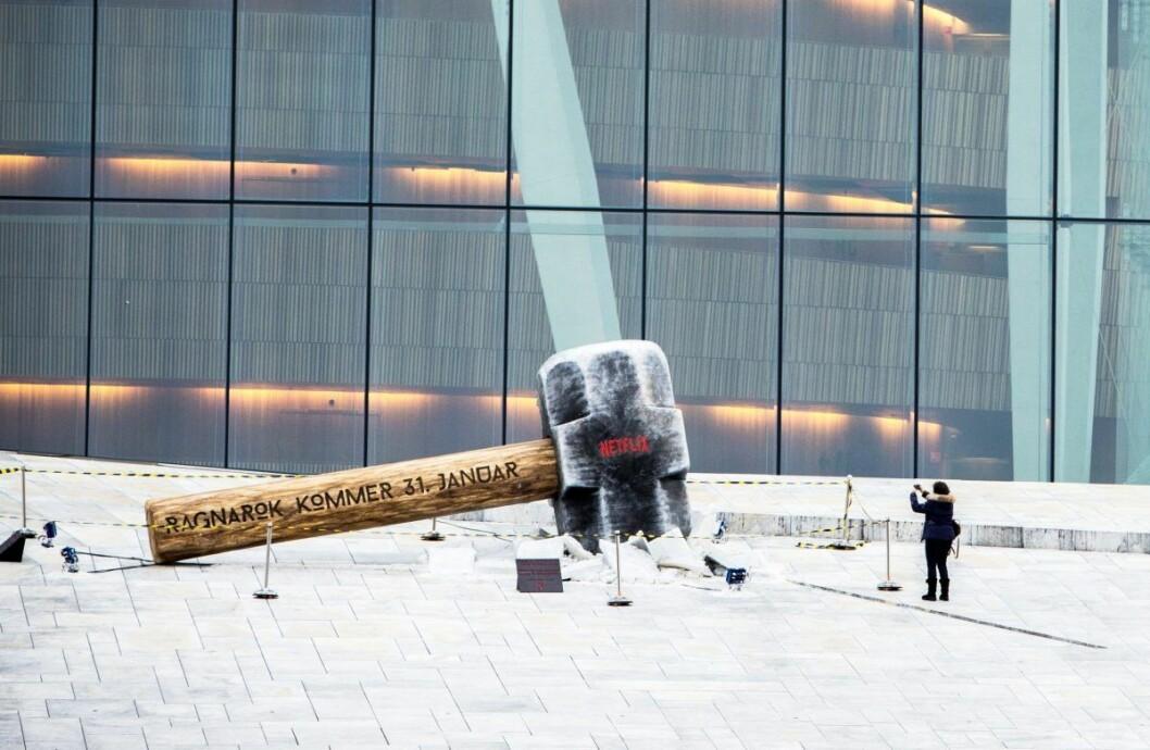 En enorm hammer er satt opp utenfor operaen i Bjørvika. Det er et reklamestunt for den norske Netflix-serien «Ragnarok» som hadde premiere 31. januar. Foto: Ole Berg-Rusten / NTB scanpix