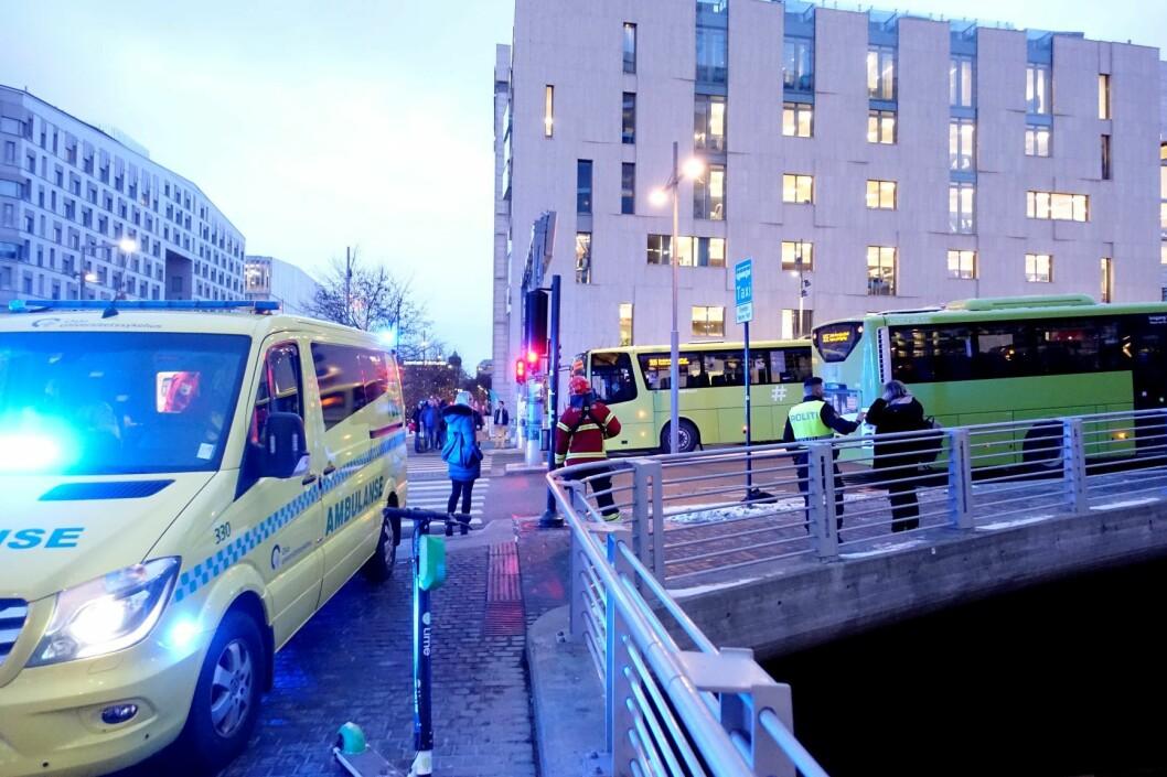 En mann er kjørt til sykehus etter å ha blitt påkjørt av en buss i krysset Nylandsveien – Dronning Eufemias gate i Oslo. Foto: Cornelius Poppe / NTB scanpix