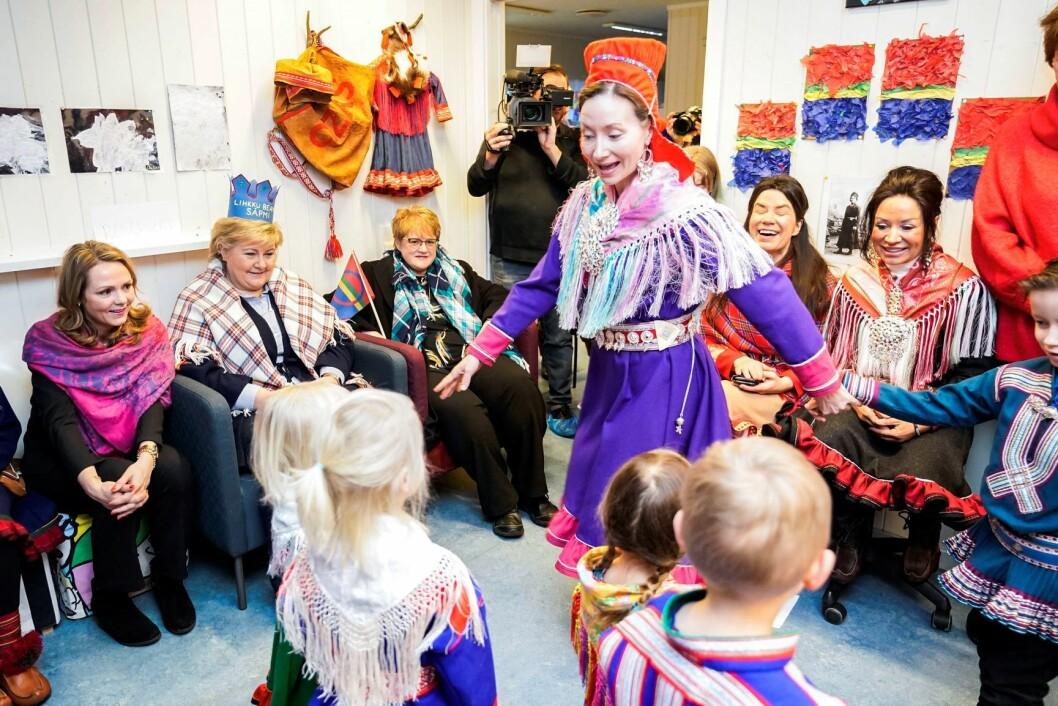 Statsminister Erna Solberg og flere ministre besøker Samisk barnehage på Tøyen i Oslo i forbindelse med samenes nasjonaldag. Foto: Heiko Junge / NTB scanpix