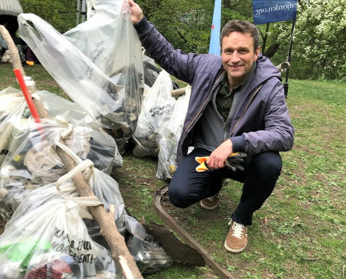 Vikarierende miljøbyråd Arild Hermstad (MDG) lover at det ikke blir noe av bymiljøetatens kuttforslag. Her plukker han plastsøppel langs Alnaelva i 2019. Foto: Kristin Antonsen Brenna