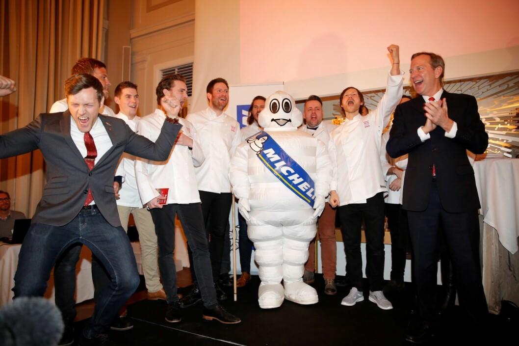 Maaemo-gjengen jubler etter at resturanten fikk 3 stjerner i Michelin Guiden. Kjøkkensjefen på Maaemo, Esben Holmboe Bang (i midten), og Michael Ellis, global direktør for Guide Michelin (t.h). Foto: Nikolai Linares / NTB scanpix
