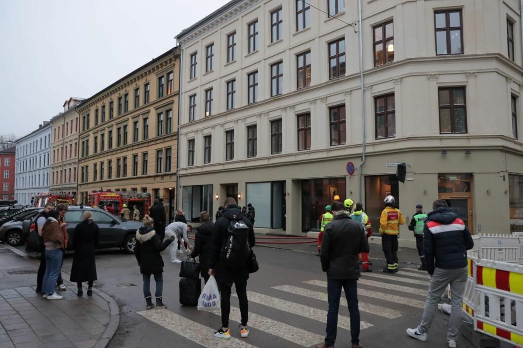 Evakuerte beboere og mannskaper fra nødetatene ved bygården i Thorvald Meyers gate på Grünerløkka i Oslo, der det brøt ut brann fredag ettermiddag. Foto: Ørn Borgen / NTB scanpix